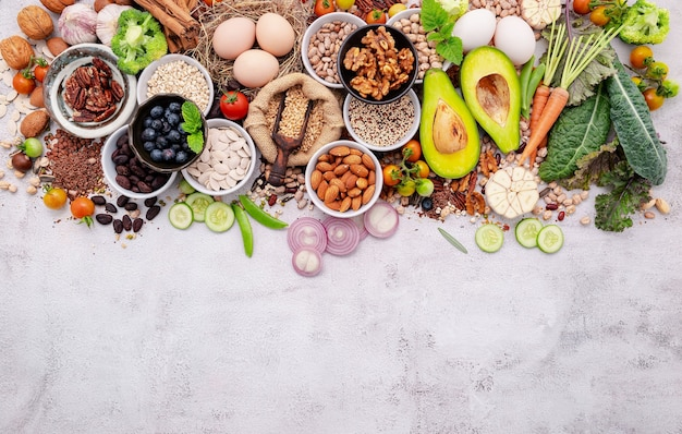 Zutaten für die auswahl an gesunden lebensmitteln. das konzept der superfoods auf weißem, schäbigem betonhintergrund mit kopierraum.
