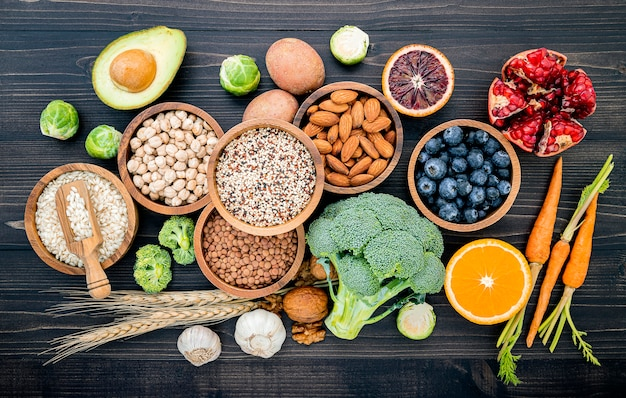Zutaten für die auswahl gesunder lebensmittel auf holz