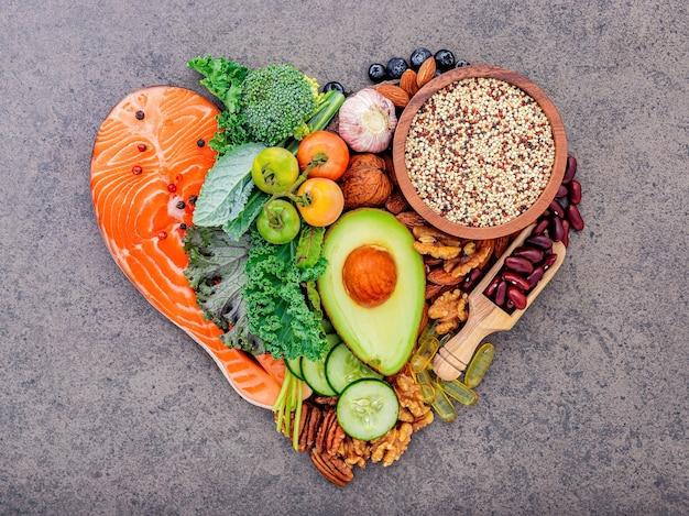 Zutaten für die auswahl gesunder lebensmittel auf weißem holzhintergrund.