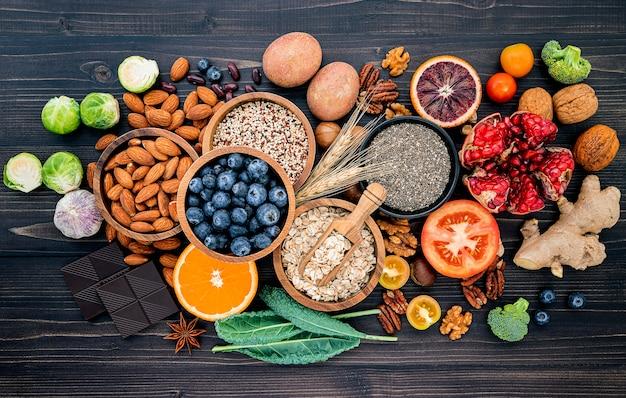 Zutaten für die auswahl gesunder lebensmittel. das konzept der gesunden ernährung eingerichtet.