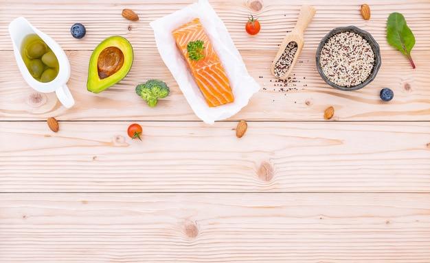Zutaten für die gesunde lebensmittelauswahl auf holz.