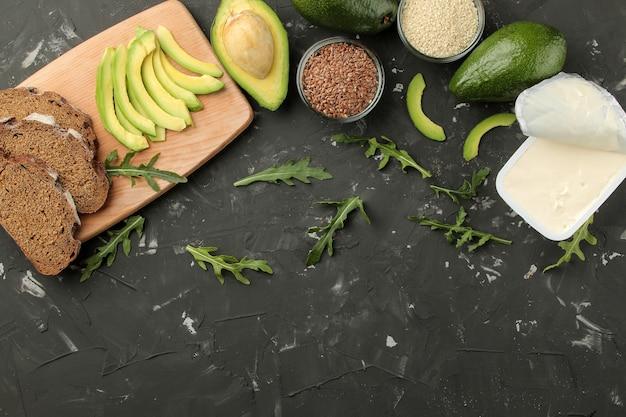 Zutaten für die herstellung von avocado-sandwiches käse, brotblick von oben.