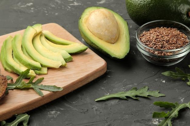 Zutaten für die herstellung von avocado-sandwiches.