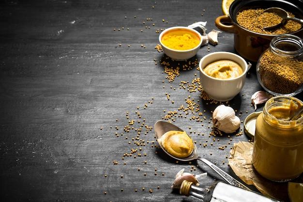 Zutaten für die herstellung von senf. auf einer schwarzen tafel.
