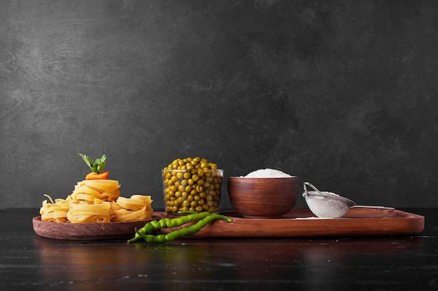 Zutaten für die pastaherstellung auf schwarz.