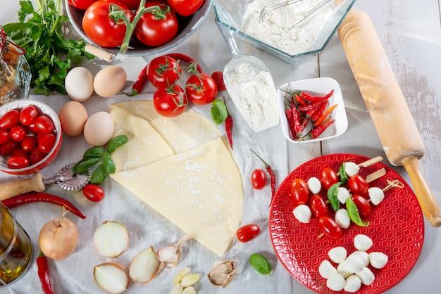 Zutaten für die zubereitung der leckeren pizza