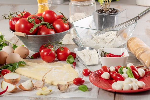 Zutaten für die zubereitung der pizza