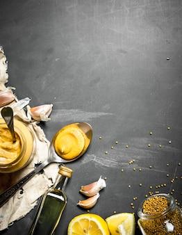 Zutaten für die zubereitung senf. auf einer tafel.