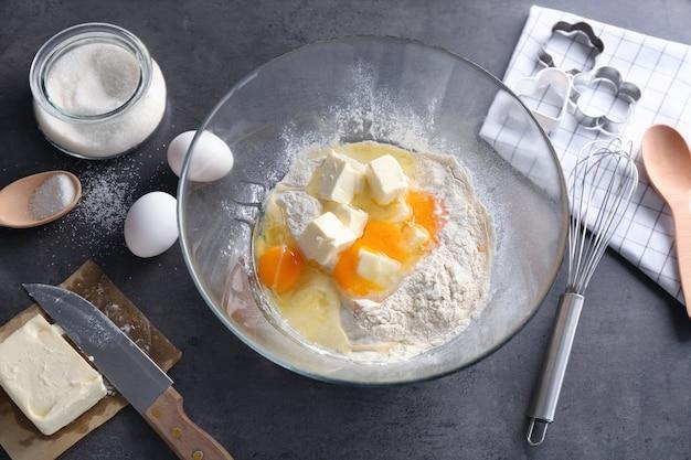 Zutaten für die zubereitung von butterkeksen auf küchentisch