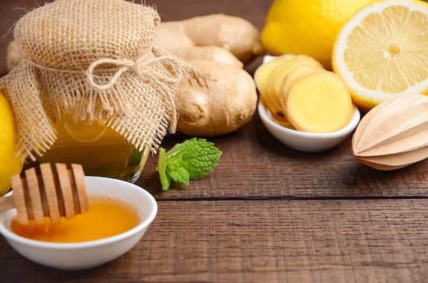 Zutaten für die zubereitung von gesundem ingwerwurzeltee.