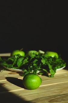 Zutaten für die zubereitung von grünem detox-smoothie, das kochen von gesundem smoothie mit frischen früchten und grünem spinat. lifestyle-entgiftungskonzept. vegane getränke.