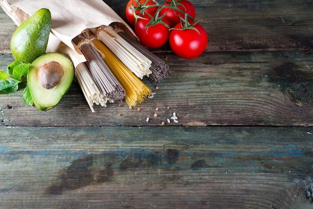 Zutaten für die zubereitung von italienischen pasta oder asiatischen nudeln mit gemüse