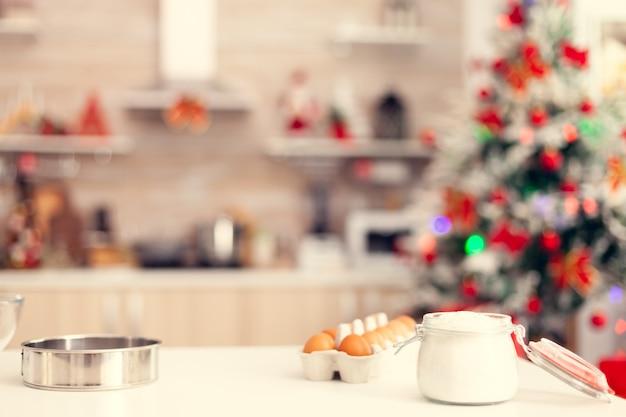 Zutaten für die zubereitung von leckeren keksen auf dem tisch