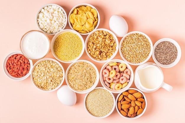 Zutaten für ein gesundes frühstück in schalen