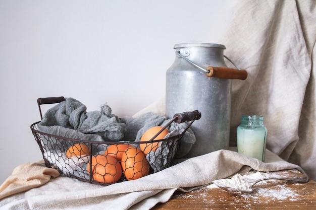 Zutaten für einen kuchen auf weißem baumwollstoff