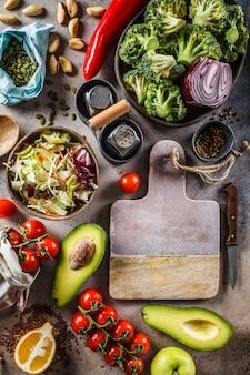 Zutaten für gemüsesalat, draufsicht. konzept für gesundes essen kochen.