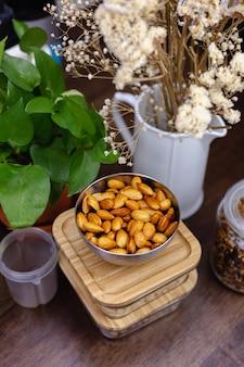 Zutaten für gesunde dessert-chia-puddings in der küche auf holztisch