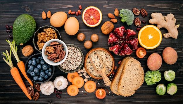 Zutaten für gesundes essen auf holztisch Premium Fotos