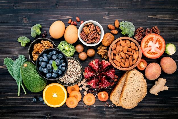 Zutaten für gesundes essen auf holztisch