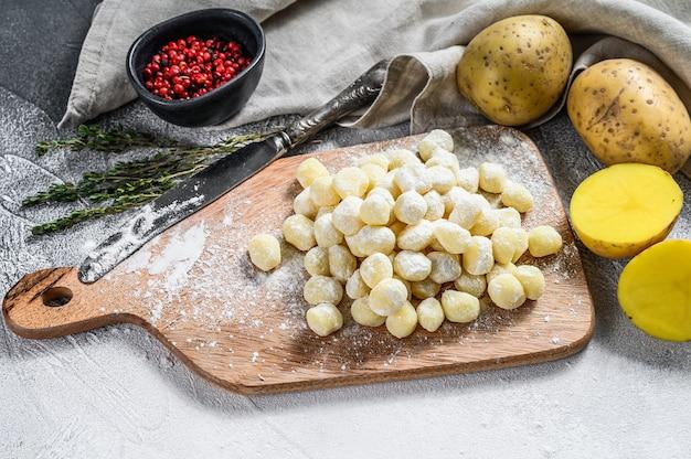 Zutaten für gnocchi-mahlzeiten: frische gnocchi, olivenöl, kartoffeln und thymian