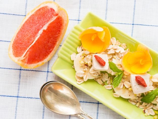 Zutaten für grapefruit-smoothie mit banane, hafer und tofu