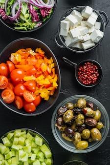 Zutaten, für griechischen salat, auf schwarzem hintergrund, draufsicht flach