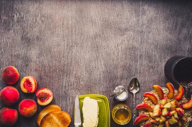 Zutaten für haferflocken auf dunklem holztisch konzept der gesunden ernährung draufsicht kopie raum getönt
