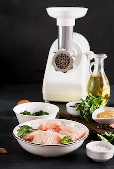 Zutaten für hausgemachten fischfrikadelle, spinat, ei und semmelbrösel.