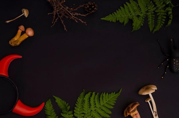 Zutaten für hexentrank: giftige pilze, beeren, federn, zapfen, kerzen, farn im wald