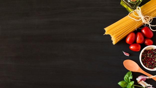 Zutaten für italienische teigwaren auf schwarzem hintergrund