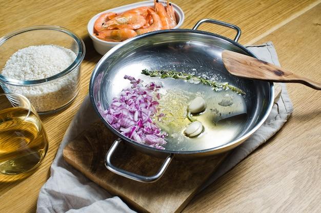 Zutaten für italienisches risotto. garnelen, weißwein, reis, zwiebeln, thymian, knoblauch.