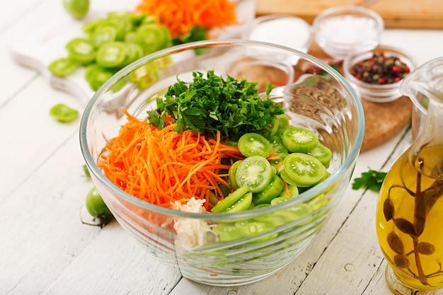Zutaten für koreanischen salat aus grünen tomaten und karotten.