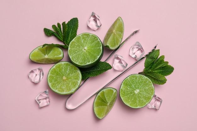 Zutaten für mojito-cocktail auf rosa hintergrund