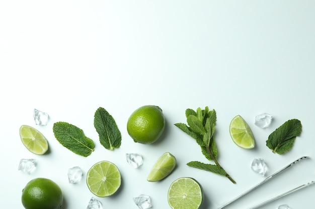Zutaten für mojito-cocktail auf weißem hintergrund, platz für text