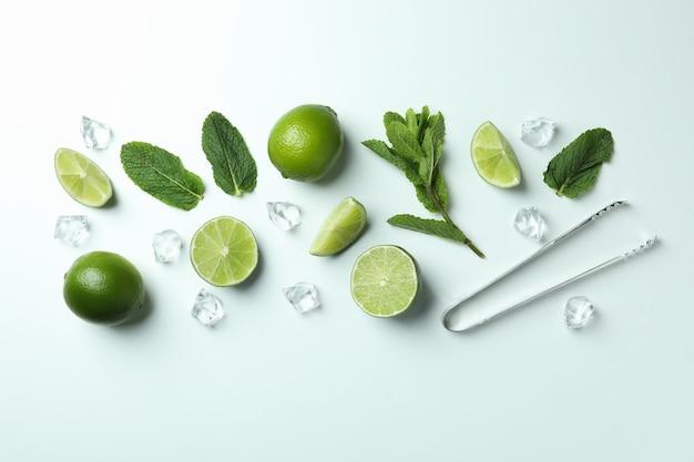 Zutaten für mojito-cocktail auf weißem hintergrund