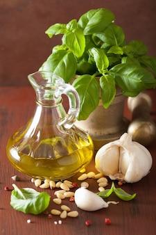 Zutaten für pesto-sauce über rustikalem holzhintergrund