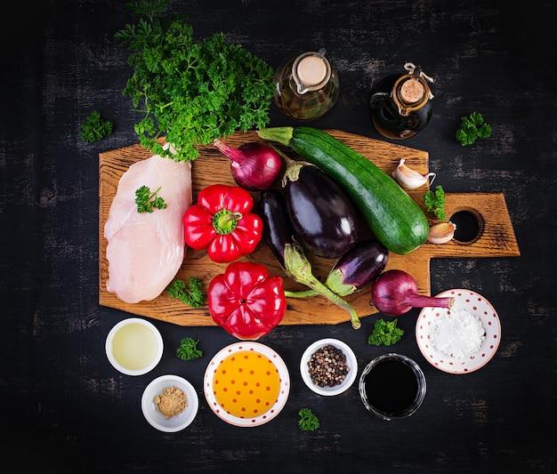 Zutaten für pfannengerichte mit hühnchen, auberginen, zucchini und paprika - chinesisches essen. ansicht von oben, oben