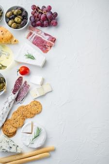 Zutaten für spanisches essen, fleischkäse, kräuter gesetzt, auf weißem hintergrund, flach liegen mit kopierraum für text
