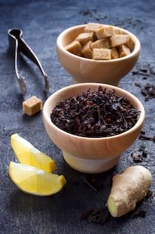 Zutaten für süßen tee mit zitrone und ingwer