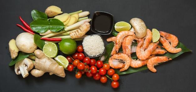 Zutaten für thailändische suppe tom-yum-kung.