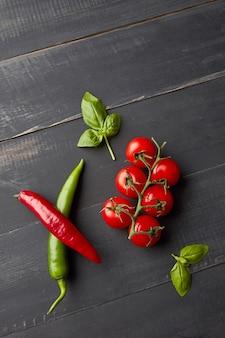Zutaten für tomatensauce salsa mit frischen tomaten, scharfem chili, basilikum