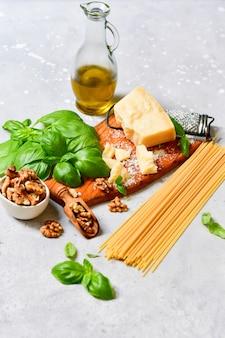 Zutaten für traditionelle italienische pasta mit pesto