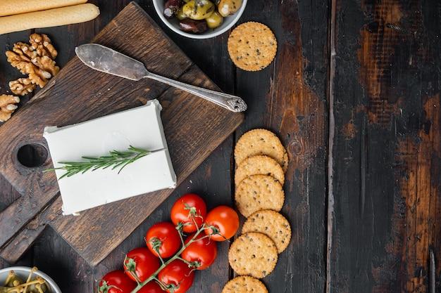 Zutaten für traditionelles griechisches salatset, auf dunklem hölzernem hintergrund, draufsicht mit kopienraum für text