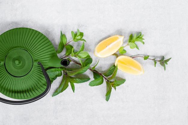 Zutaten für vitamin-heißgetränk und teekanne