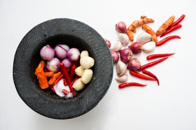Zutaten knoblauch rote zwiebeln rote chili kurkuma und salz für die zubereitung von thai-sauersuppe