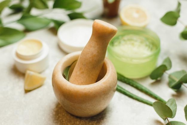 Zutaten mischen, um kosmetik in einem marmormörser herzustellen.