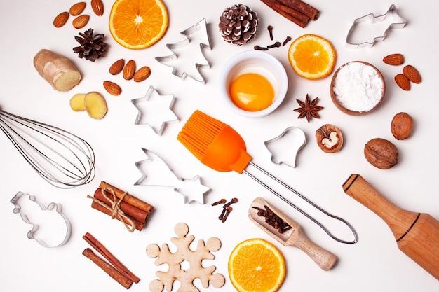 Zutaten und gegenstände zum backen von lebkuchen. gewürze, ei, orange. weihnachten kochen. flat-lay-stil