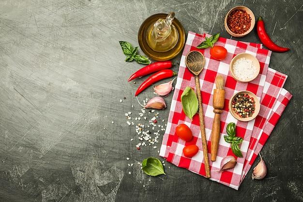 Zutaten und geräte zum kochen über schwarz