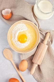 Zutaten und küchenutensilien für die teigbereitung
