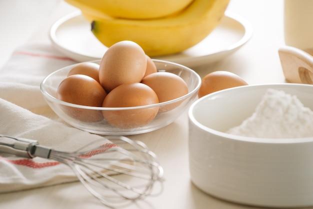 Zutaten und werkzeuge für einen kuchen, mehl, butter, zucker, eier